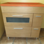 Mueble con lavabo naranja cerámico